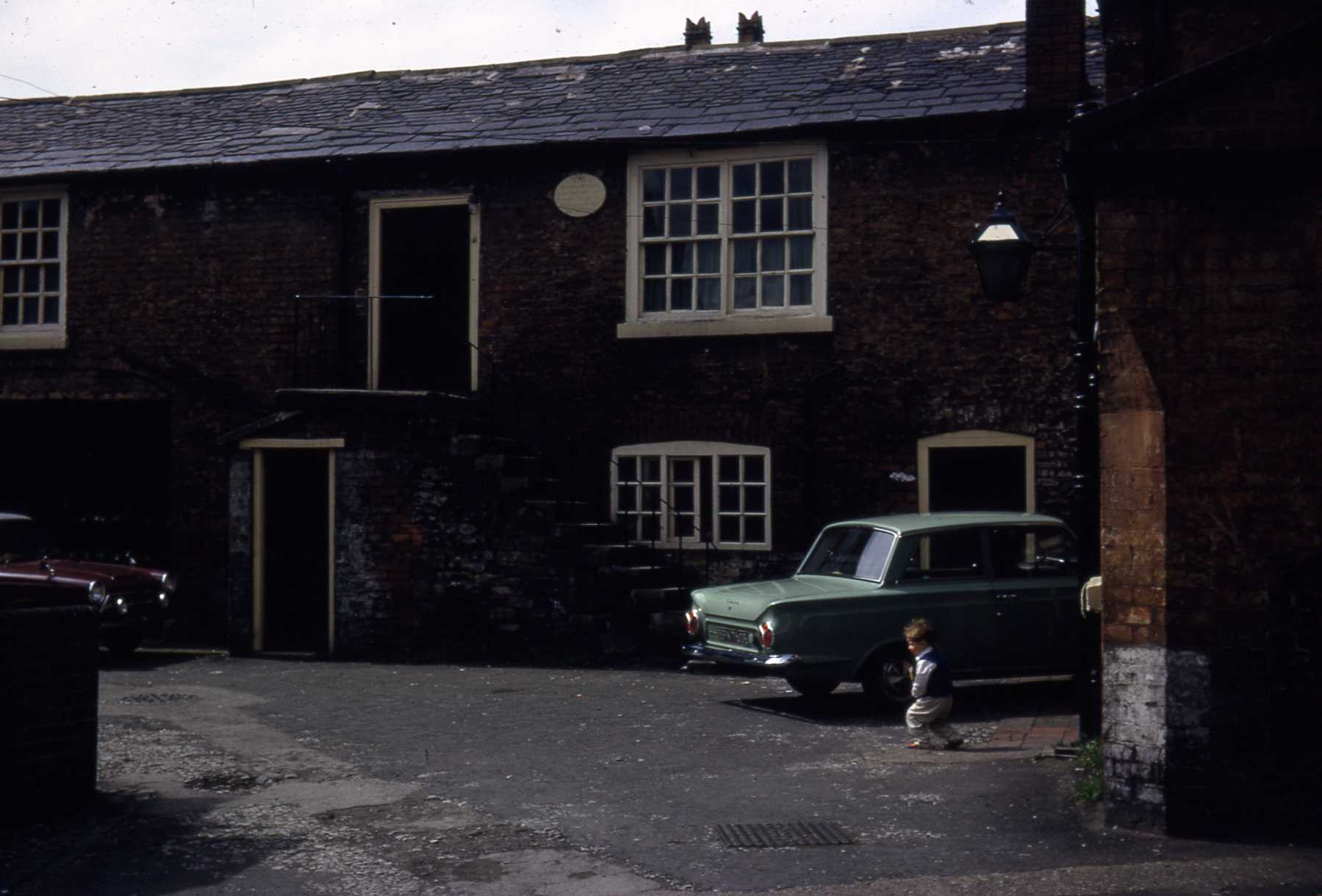 D4 051 Friendly Society rear of Queens Head June 1966.jpg
